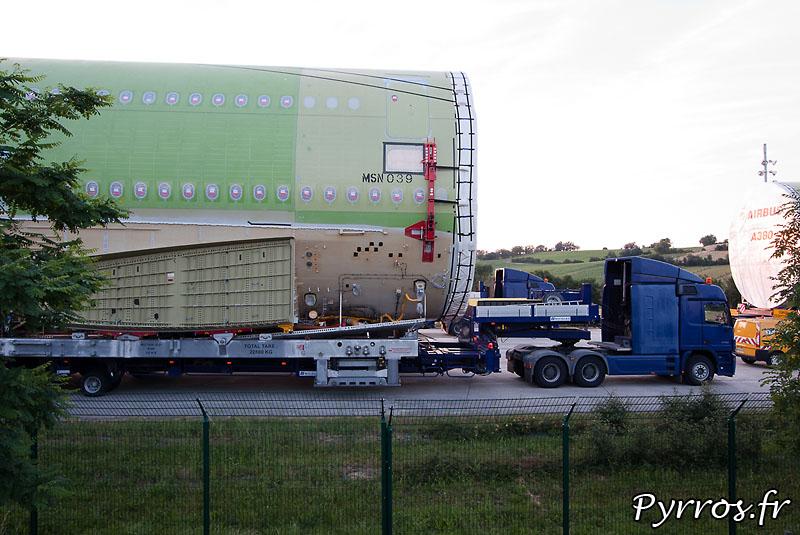 Sur l'aire de stationnement de l'Isle Jourdain (32) le convoi prépare son départ vers Cornebarrieu (31) MSN (manufacturer serial number) 39, fuselage central