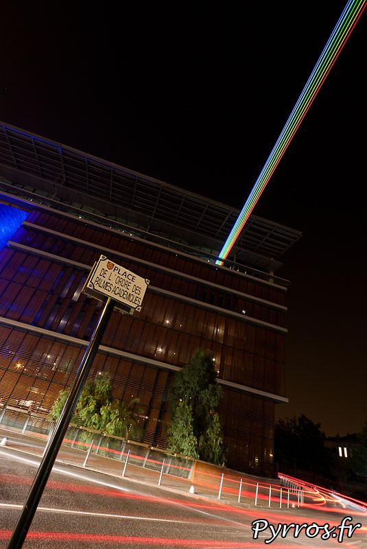 Global Rainbow installation laser par l'artiste Yvette Mattern et Laserfabrik, point de départ : l'arche Marengo
