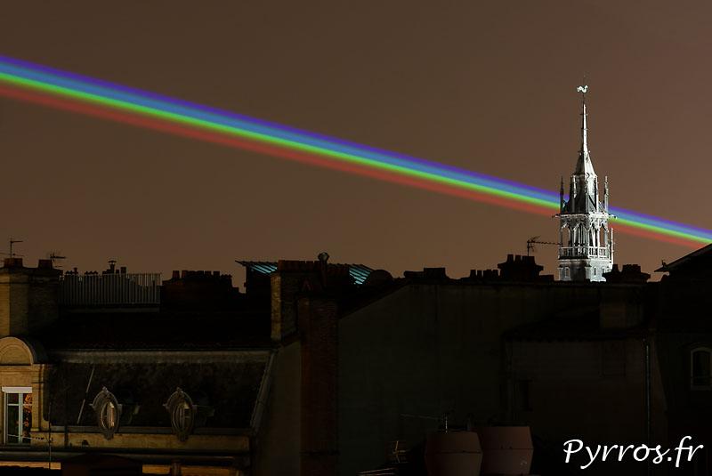 Global Rainbow installation laser par l'artiste Yvette Mattern et Laserfabrik, Fleche du Donjon du Capitole
