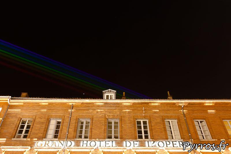 Global Rainbow installation laser par l'artiste Yvette Mattern et Laserfabrik, le Grand Hotel de L'Opéra