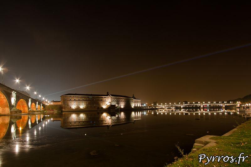 Global Rainbow installation laser par l'artiste Yvette Mattern et Laserfabrikl'hotel dieu, le pont Neuf, le pont Saint Pierre et leur reflet dans Garonne