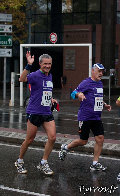 Sous la pluie d'automne, se deroule, le quatrième marathon du Grand Toulouse, Kilometres 3 : Compans Caffarelli. L'association Laurette Fugain est toujours présentes sur ce type de course