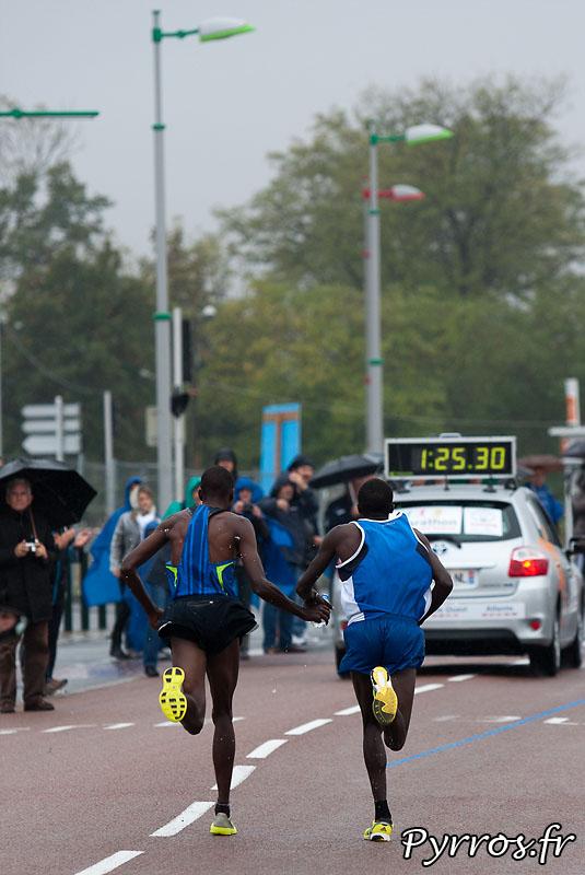 Sous la pluie d'automne, se deroule, le quatrième marathon du Grand Toulouse. Ravitaillement de Borderouge, les 2 premiers se soutiennent et partage le ravitaillement