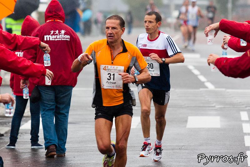 Sous la pluie d'automne, se deroule, le quatrième marathon du Grand Toulouse. Ravitaillement de Borderouge
