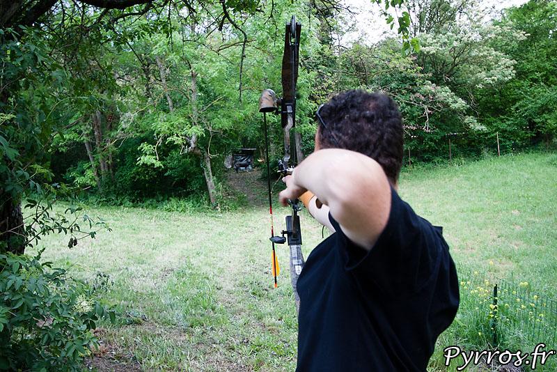 décoche d'une flèche lors d'un tir sur cible 3D, au compound (Arc à poulie)