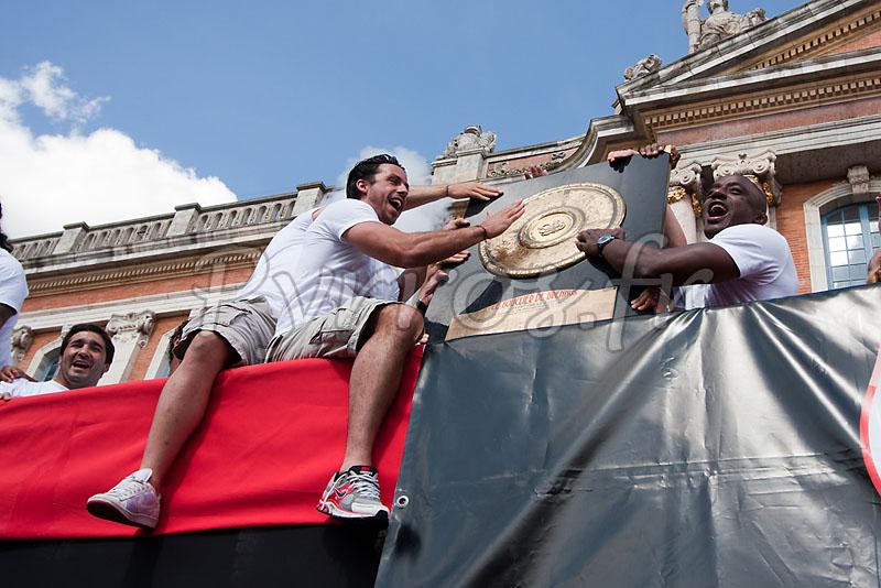 Clement Poitrenaud et Yannick Nyanga du Stade Toulousains présentent le bouclier de Brennus à la place du Capitole.