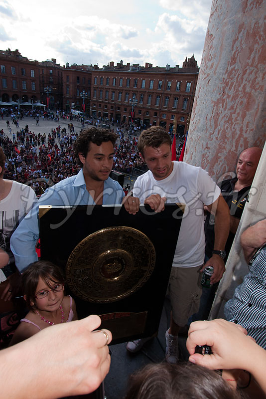 Vincent Clerc pose pour des photos avec les supporters nombreux dans le Capitole