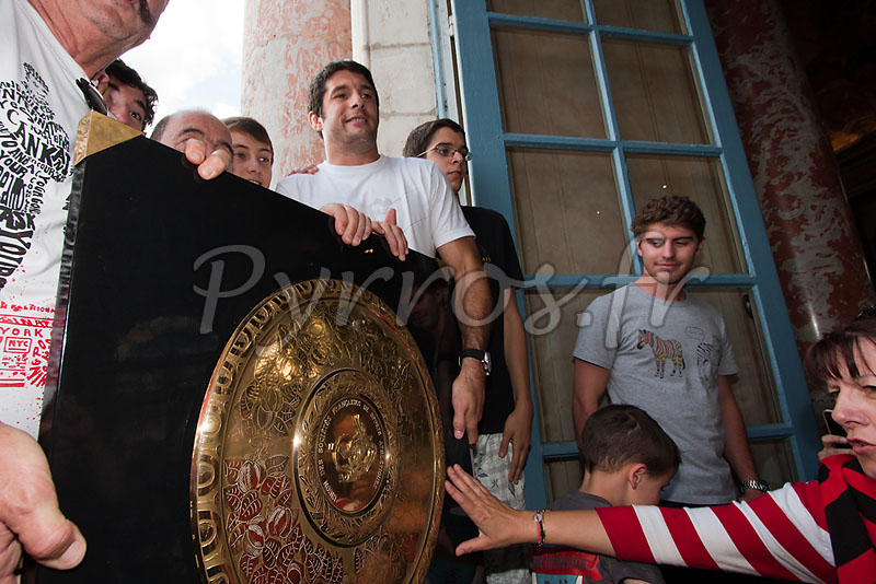 Jean Bouilhou pose pour les photographes avec les supporters du Stade Toulousain