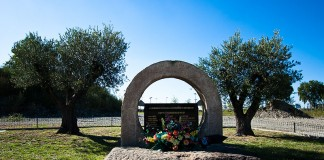 Cette stèle rappelle que 21 personnes (employés et sous traitant) sont décedées sur le site de l'usine AZF