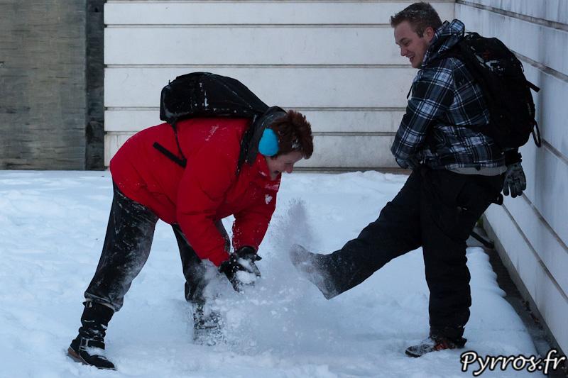 Tous les moyens sont bons pour se lancer de la neige