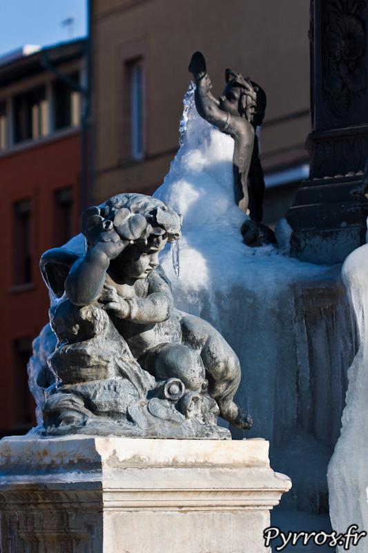 Angelot observant la stalactite de glace