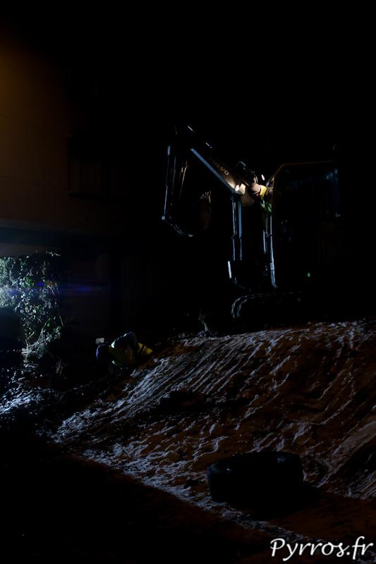 Dans le noir les ouvriers interviennent en urgence pour réparer les fuites