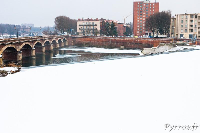 La glace sur la Garonne est blanchie par la neige