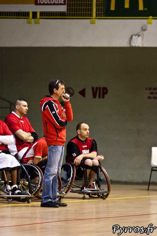 Gilbert EPITO, le coach toulousain surveille ses joueurs