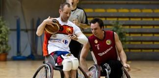 Bertrand LIBMAN en attaque évite le blocage d'un adversaire de USC Munich