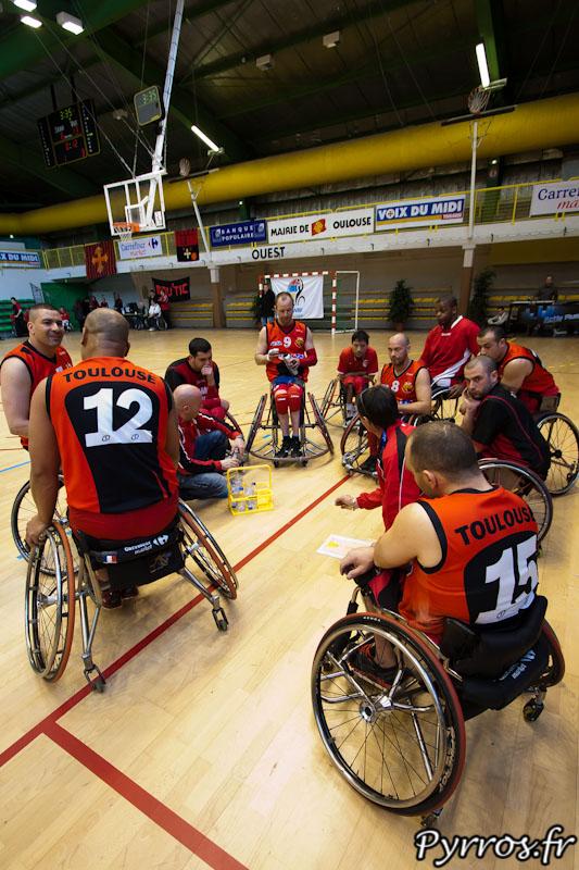 Le coach Toulousain Gilbert EPPITO rappel les stratégies à ses joueurs