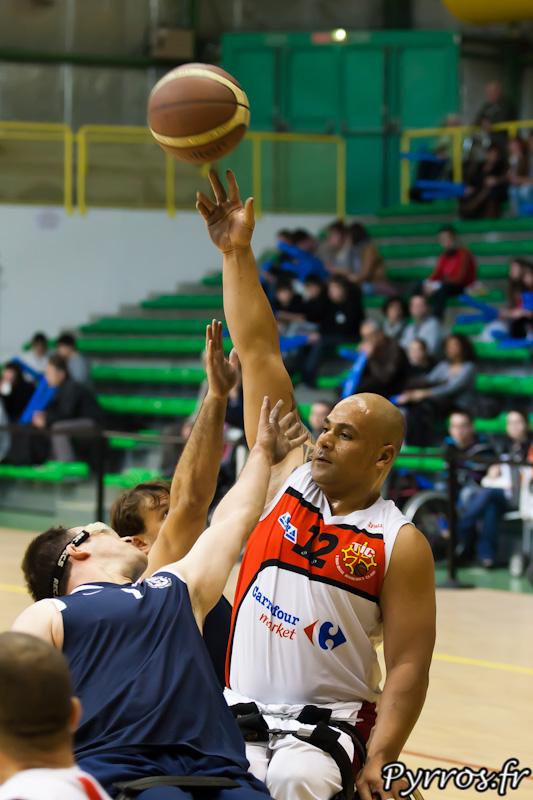 Manuel VAISIOA utilise ses longs bras pour passer au dessus de ses adversaires