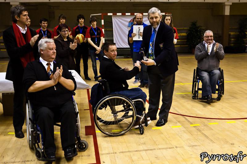 Serge BONAFE reçoit le prix de l'organisateur remis par le représentant de l'IWBF (International Wheelchair Basket Federation)