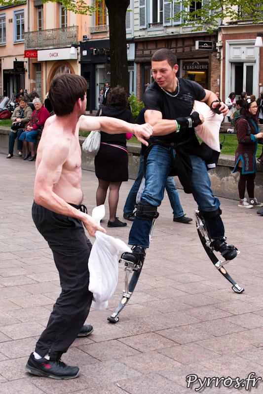 FlashMob : Bataille de polochons sur des échasses urbaines