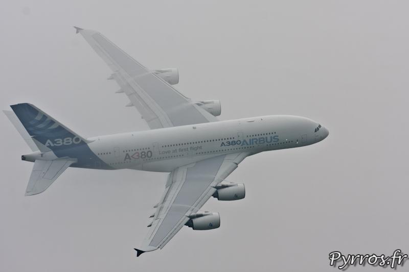 Virage à droite dans le nuages, Airbus A380, Airexpo 2012