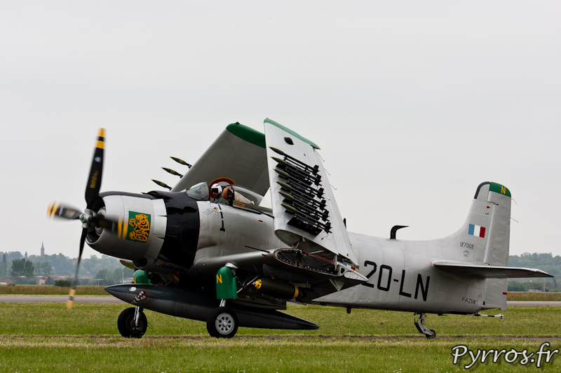 Douglas AD-4N Skyraider F-AZHK repli ses ailes pour moins prendre de place au sol ou sur un porte avion a Airexpo 2012