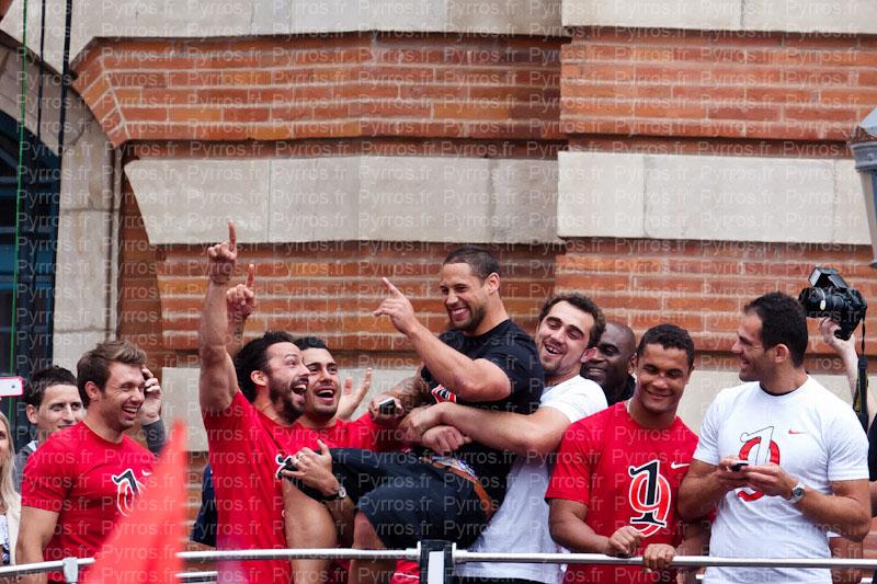 Luke McAlister se fait secouer sur le bus par ses coéquipiers Stade Toulousain champion de France 2012