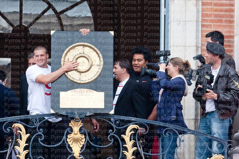 Luke Burgess présente le Bouclier de Brennus, Stade Toulousain champion de France 2012