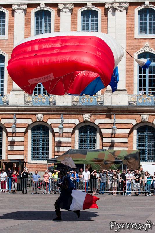 Atterrissage sur la place du Capitole devant une foule surprise