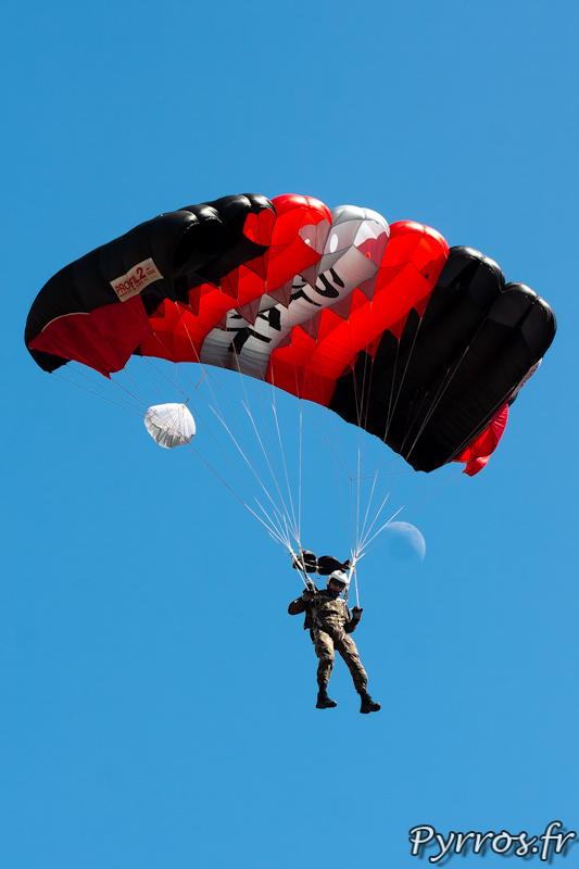 Parachutiste de la Section technique de l'armée de terre devant la lune dans le ciel toulousain