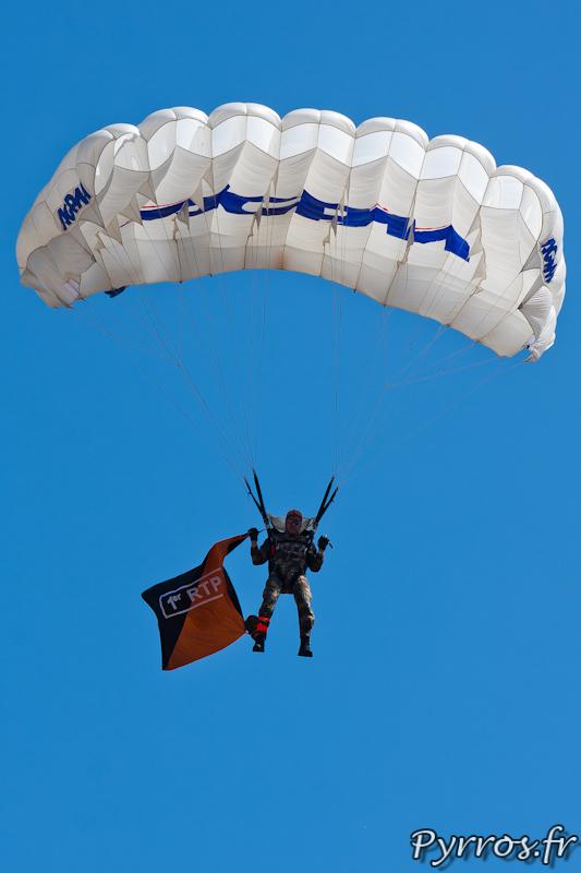 le parachutiste du 1er RTP en approche pour se poser place du Capitole