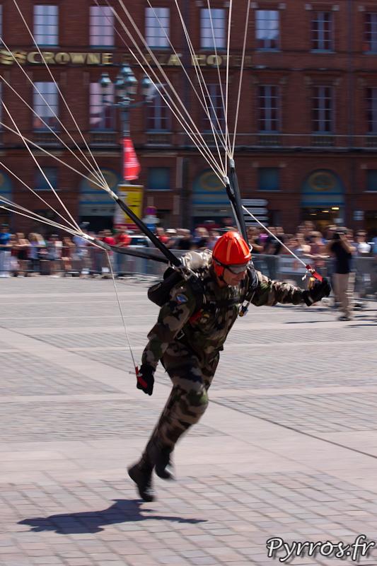 Parachutiste emporté par son élan lors de l'atterrissage place du Capitole