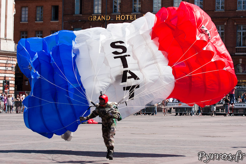 Parachutiste de la Section technique de l'armée de terre se pose place du Capitole a Toulouse