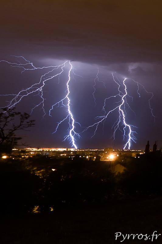 Orage à Toulouse, éclairs ramifiés multiples, impacts sur la zone aéroportuaire de Blagnac