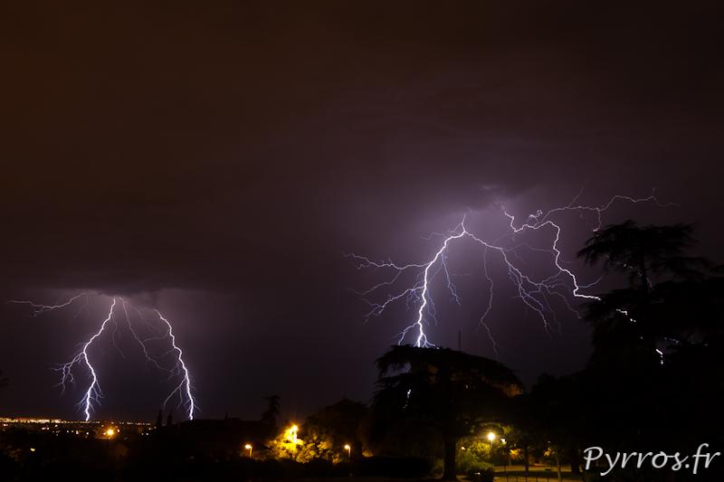 Orage a Toulouse, dans la nuit du 27 au 28 juin 2012 plusieurs cellules orageuses contournent Toulouse.