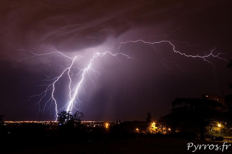 Orage à Toulouse, enroulement de nuages source d'éclairs