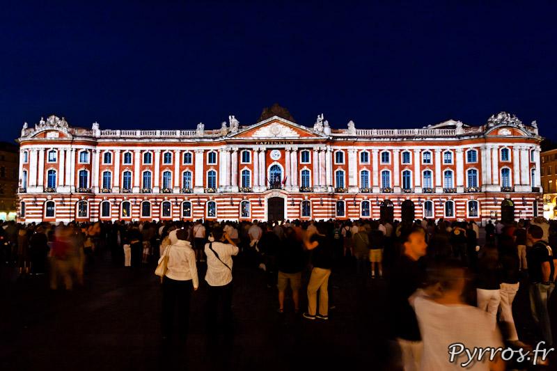 Le Capitole mis en lumière, la foule s'amasse sur la place