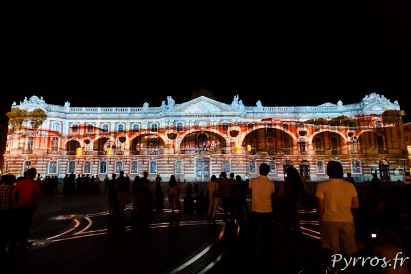 Le Pont Neuf place du Capitole sous le regard des toulousains et touristes