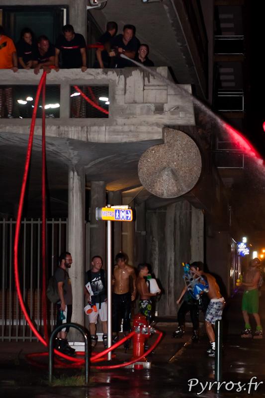 A la caserne Vion, certains se cachent sous le balcon ...