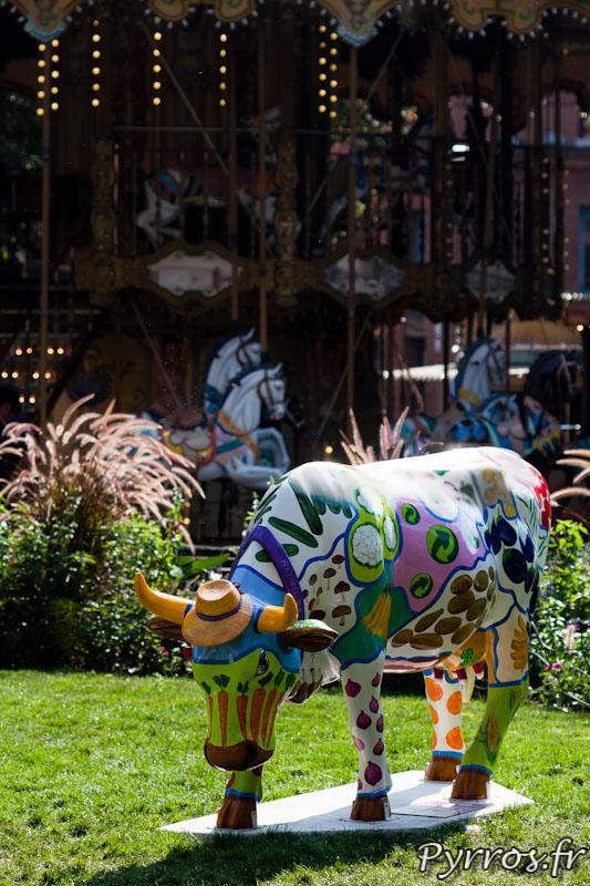 CowParade à Toulouse, les vaches s'exposent dans le centre ville devant le manège de la place Wilson