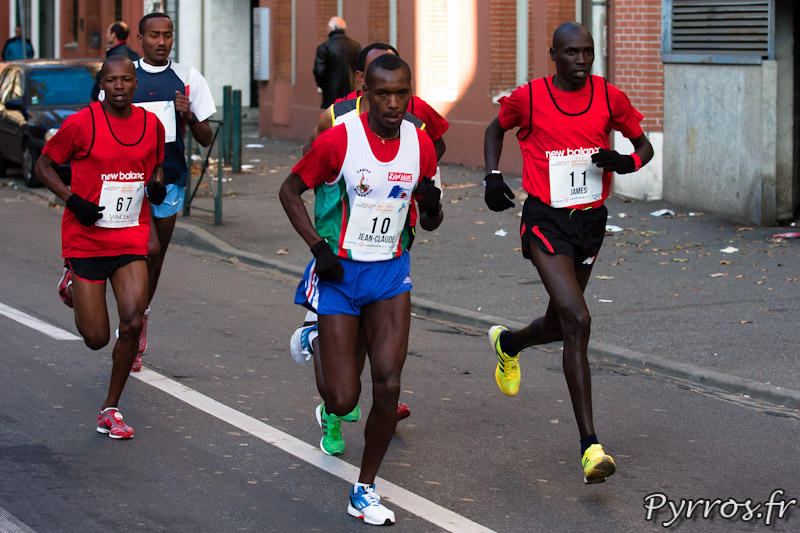 Marathon International de Toulouse Métropole, le peloton des favoris creuse deja l'écart avec les autres concurrents.