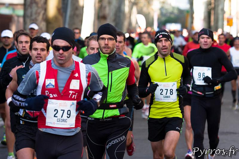 Marathon International de Toulouse Métropole, de nombreux coureurs ont garde des vêtements chauds pour le départ.