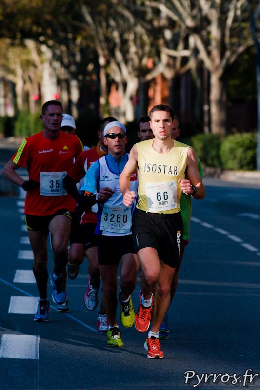 Marathon International de Toulouse Métropole, kilomètre 7.5 de petits pelotons se forment.