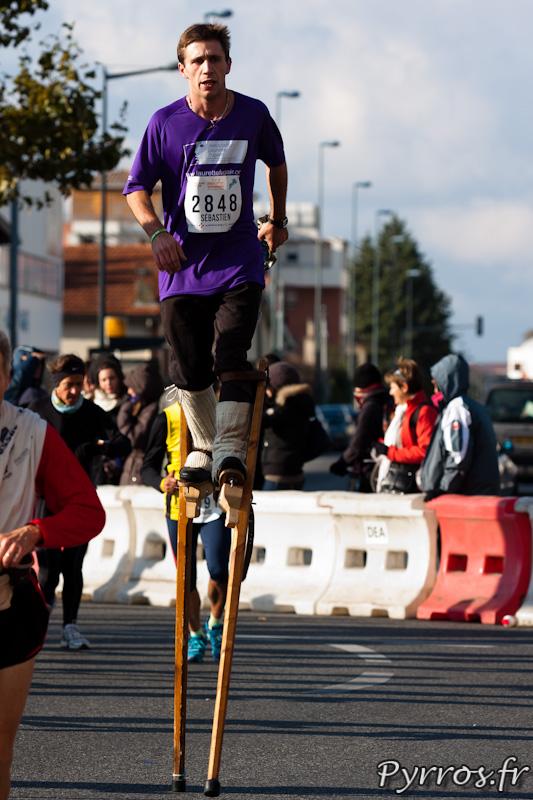 Marathon International de Toulouse Métropole, le marathon en échasse, c'est possible avec l'association Laurette Fugain