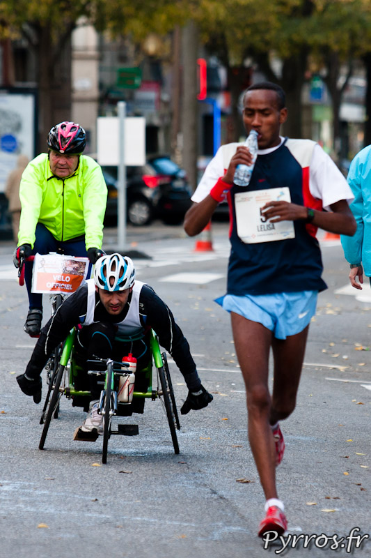 Marathon Handisport, en compagnie de l'un des premiers du marathon