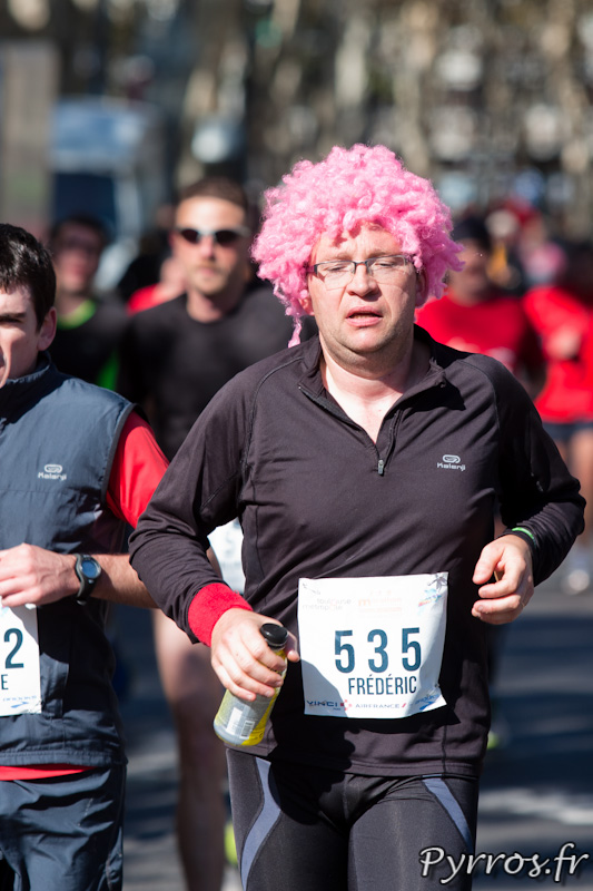 Marathon International de Toulouse Métropole avec une perruque rose