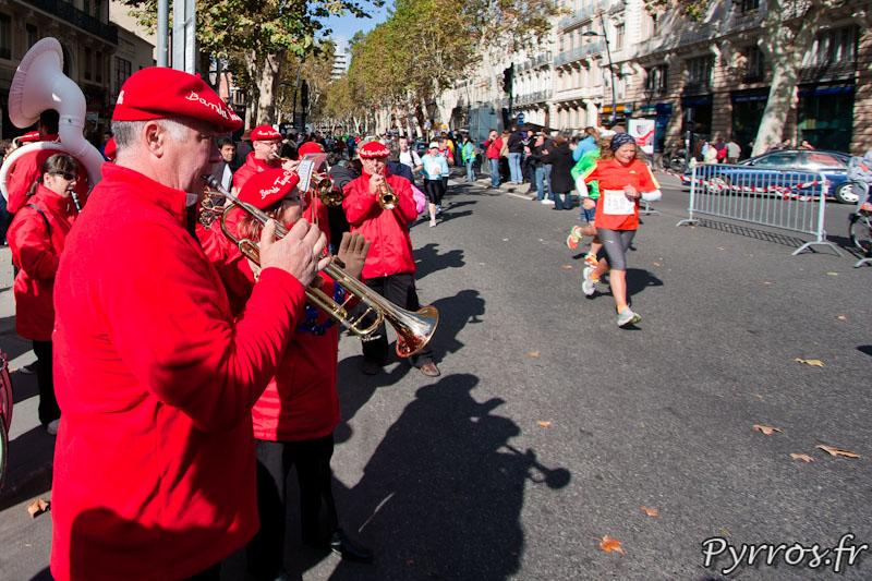Banda Tapas Cymbales anime le parcours et encourage les participants