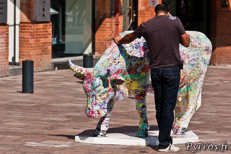 CowParade à Toulouse, certains toulousains ont trouve une utilisation pratique à ses vaches