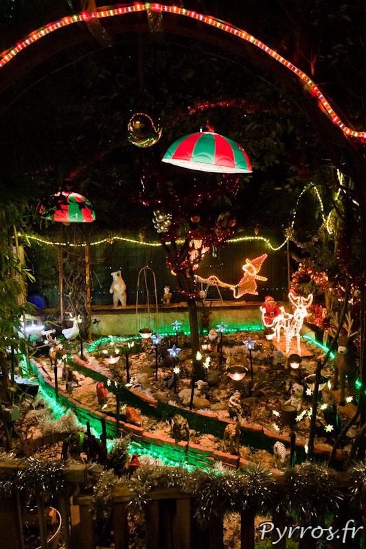 Maison décorée pour Noël, guirlandes lumineuse et féerie dans son jardin secret