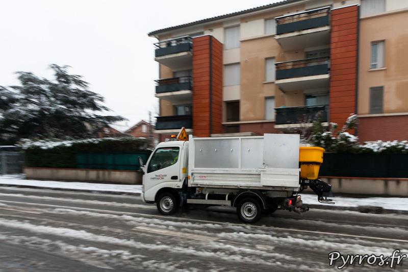 Les employés municipaux salent les routes pour éviter les glissades