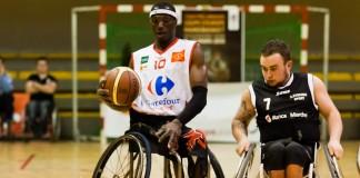 Junnior Mbaye résiste au blocage du joueur de Stefano Bart Nulens
